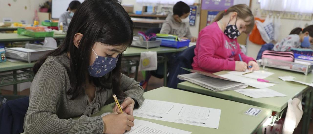 """""""Por el boca a boca"""" y examinando el nivel académico: así eligen colegio para sus hijos los padres asturianos"""