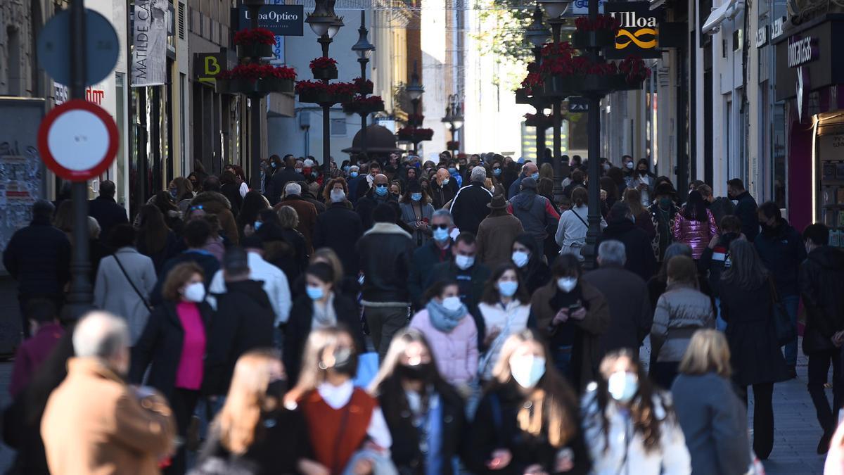 Personas pasean por el centro de Córdoba.