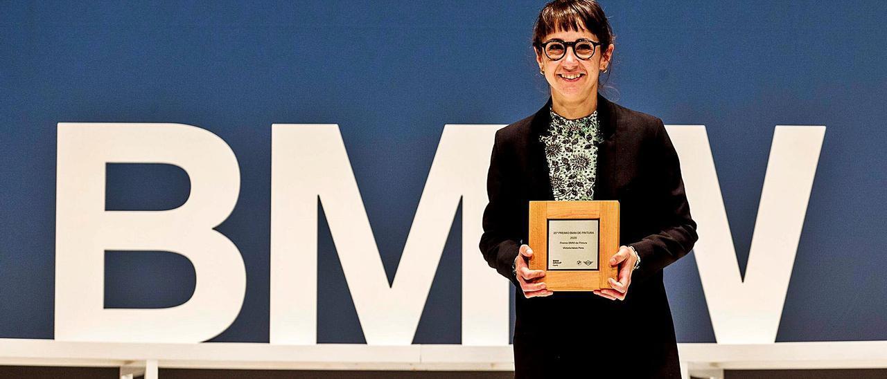 Victoria Iranzo, tras recoger su premio. Bajo, la obra premiada.  bmw