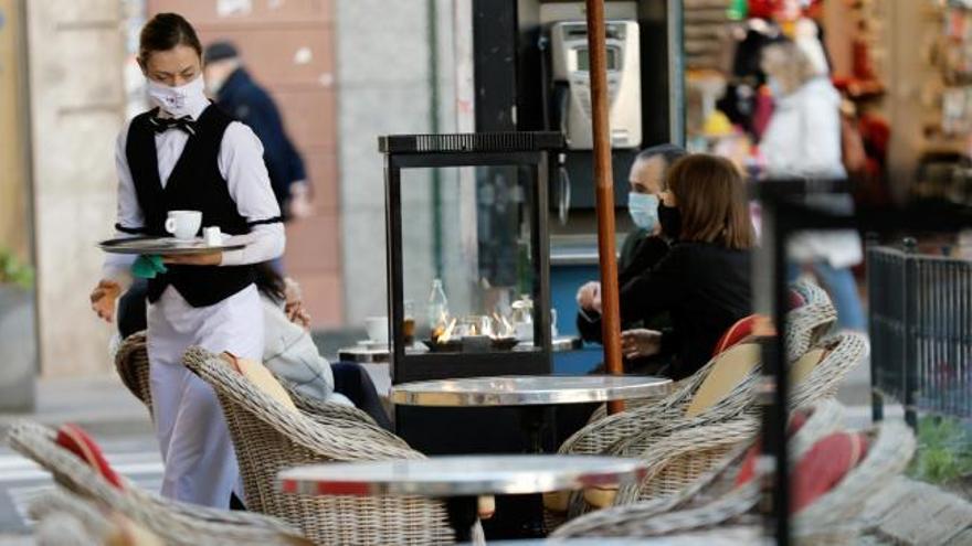 El Gobierno aprueba rebajar el alquiler y la carga fiscal al turismo, bares y comercio