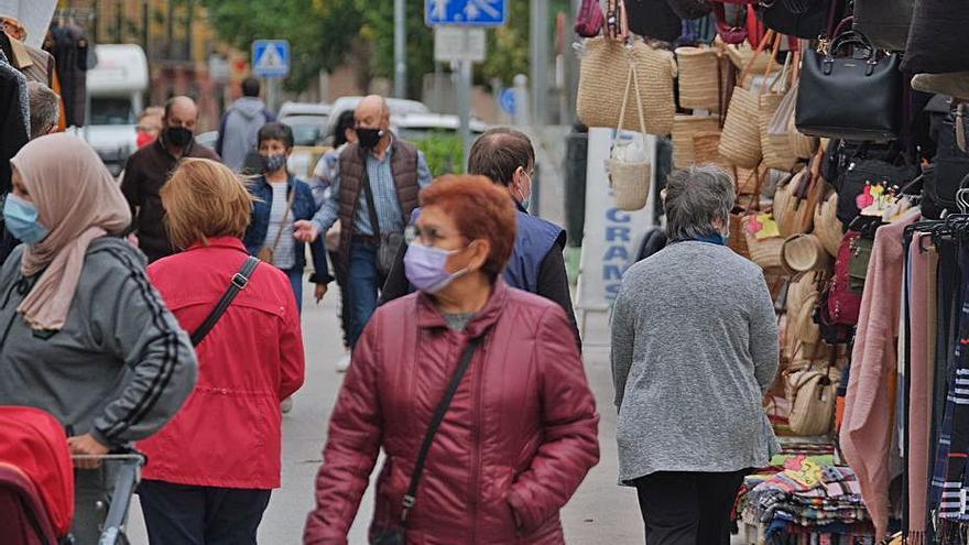 El mercat de la roba torna al centre de Figueres: «hem fet festa major, perquè ho trobàvem a faltar», diuen les veïnes