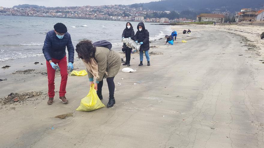 Voluntarios retiran 300 kilos de plásticos de una playa de Moaña