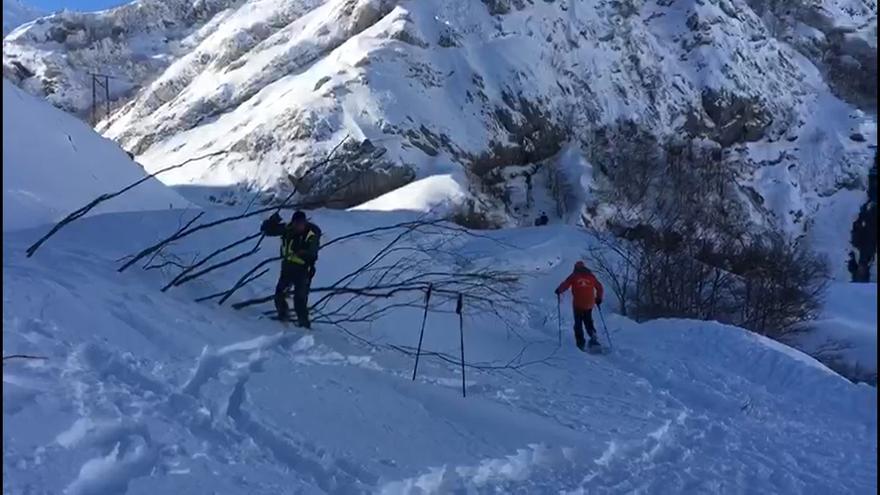 La Guardia Civil abre camino en la nieve para facilitar el seguimiento del dron que busca al operario desaparecido en San Isidro