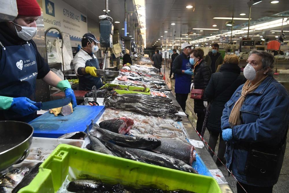 La alcaldesa Inés Rey visita los mercados municipales de Eusebio da Garda y San Agustín.