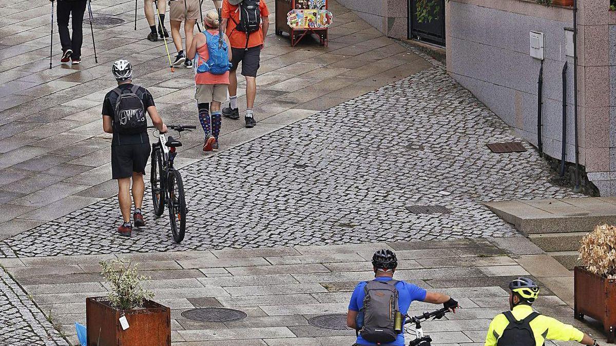 Peregrinos y peregrinas del Camiño Portugués a su paso por Mos.