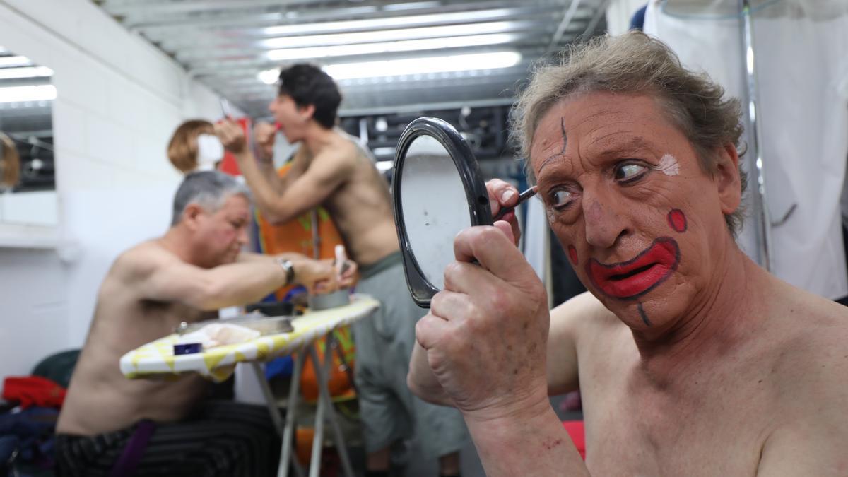 José Luis Sierra (Serrucho) se maquilla antes de presentar este martes en el Teatro Arbolé el nuevo espectáculo.
