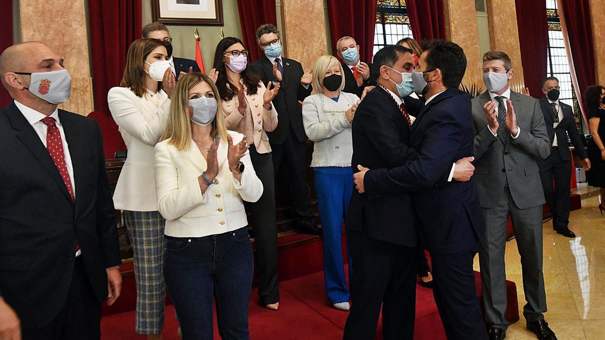 Serrano y Gómez se abrazan  delante del nuevo Gobierno  local.  israel sánchez