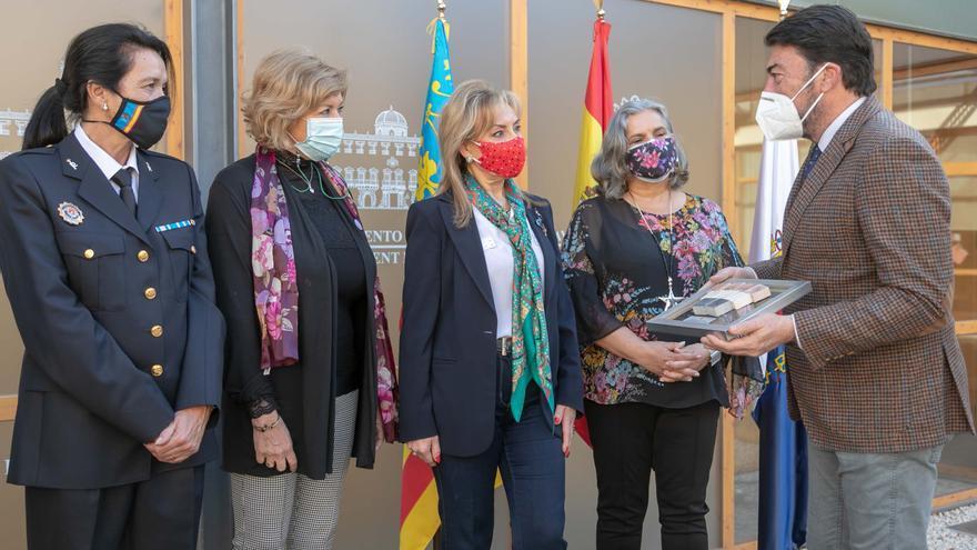 Homenaje a las cuatro primeras mujeres policías locales de Alicante tras 40 de servicio