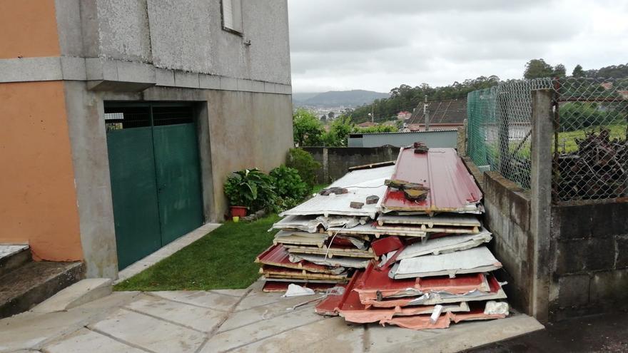 El viento arranca parte de la cubierta de una casa en Poio