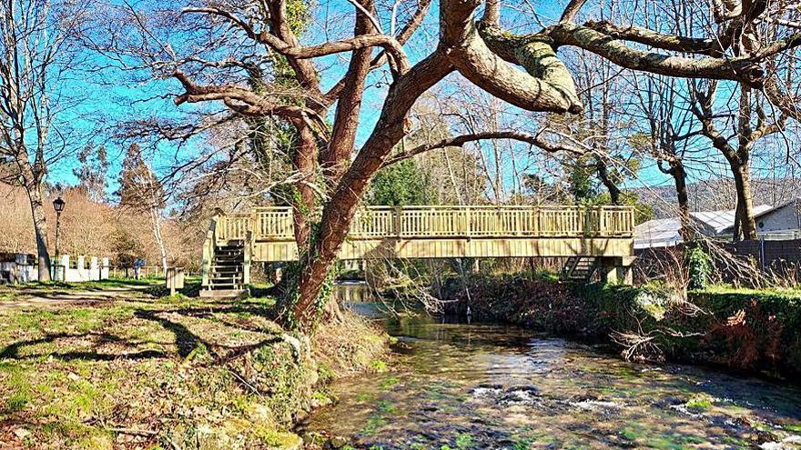 Cuntis instala tres nuevas pasarelas sobre el río Gallo, en su paseo fluvial
