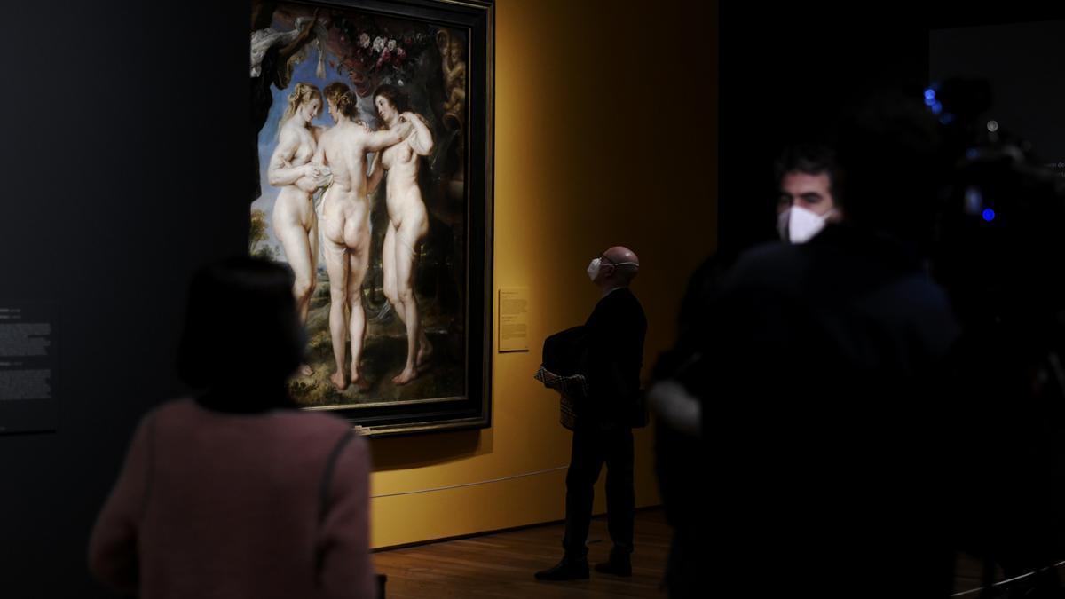 Varias personas observan 'Las tres gracias' de Rubens.