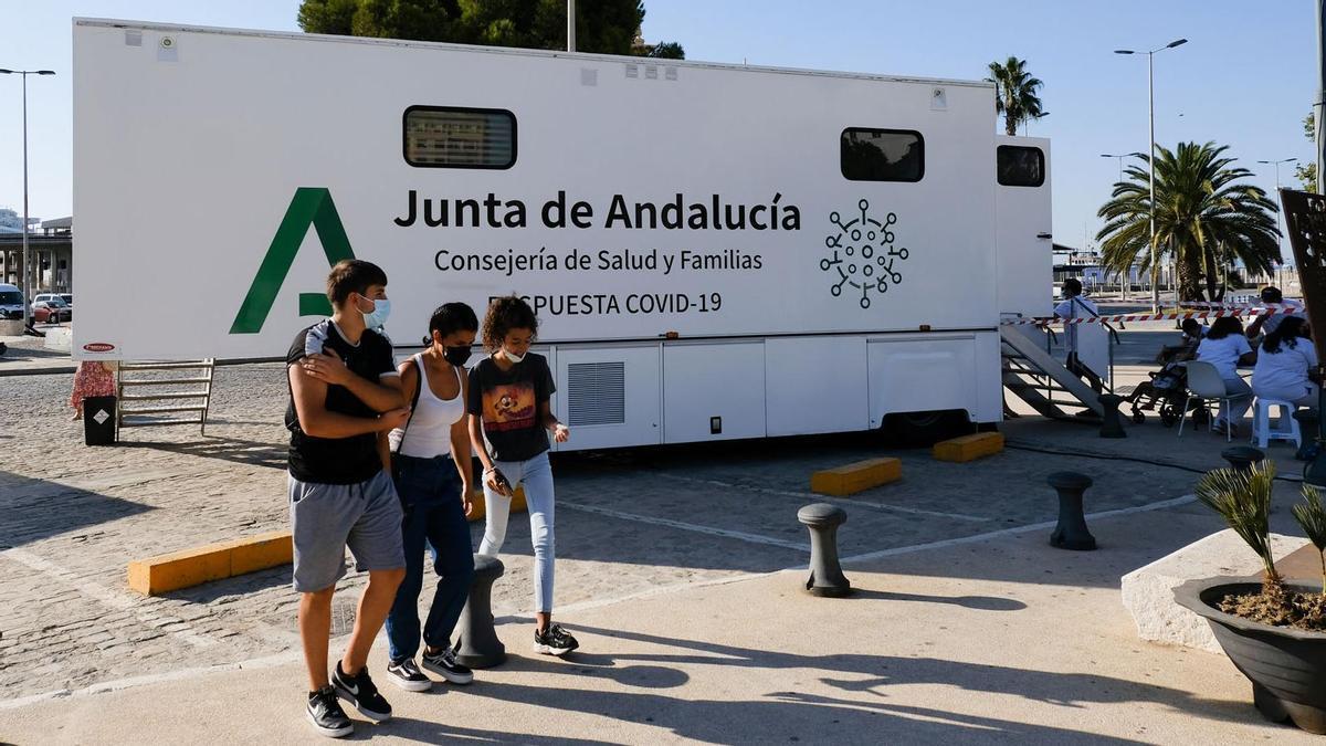 Unidad móvil para vacunarse sin cita en la plaza de la Marina de Málaga.