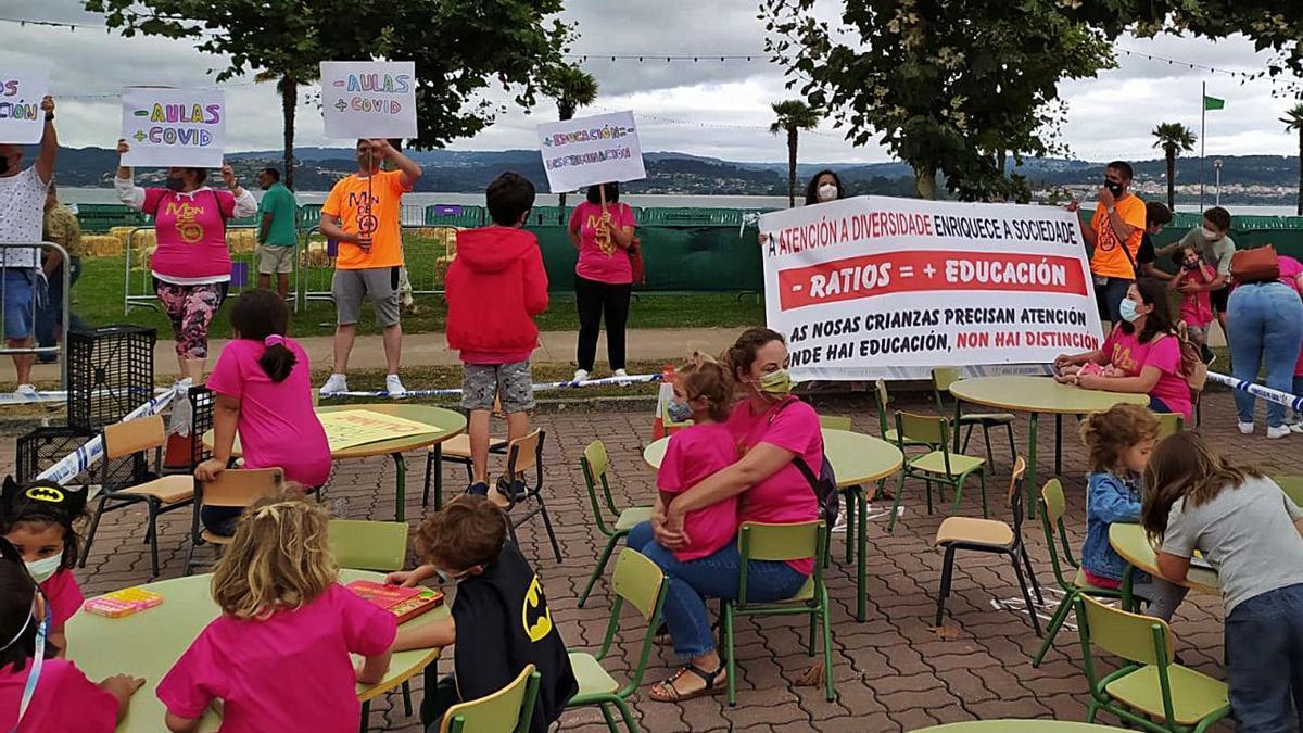 Protesta con la recreación de un aula con 16 alumnos y otra con 25, la semana pasada, en Sada. |   // L. O.
