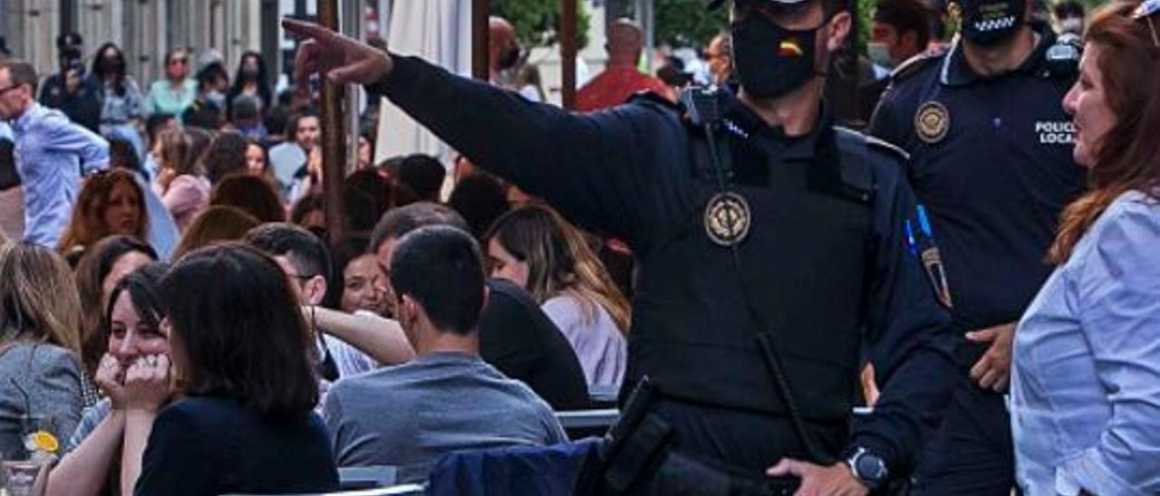 La Policía Local de Alicante el pasado fin de semana en Castaños.