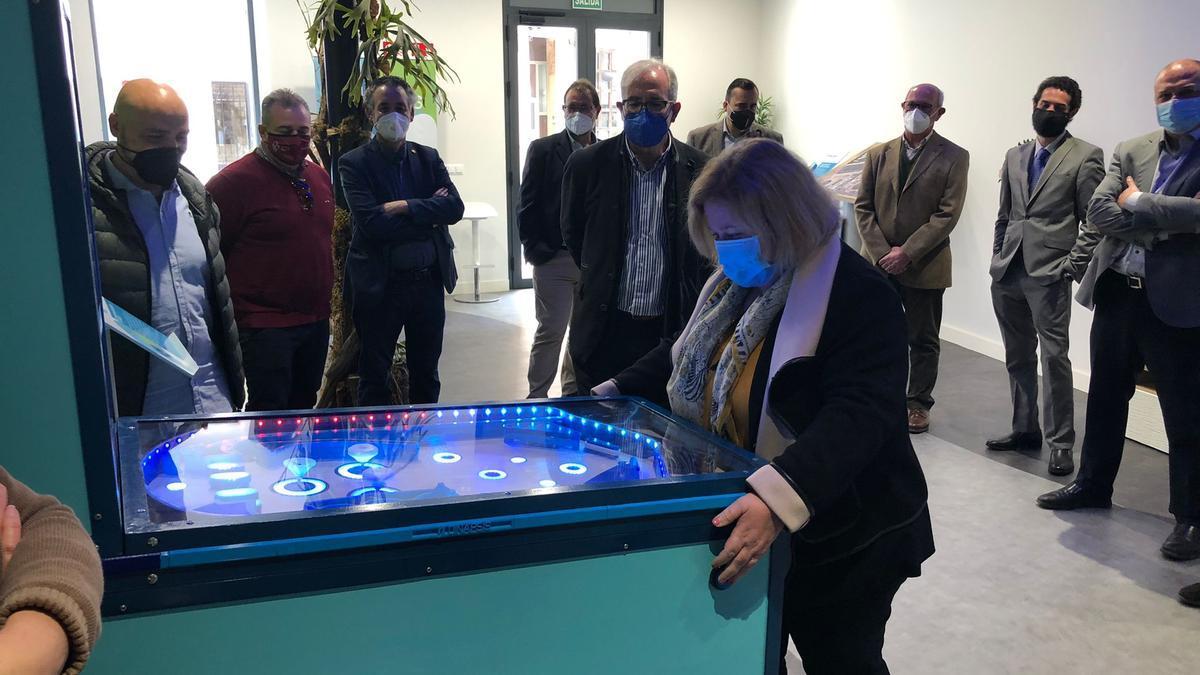Ana Correa juega con un pinball situado en el showroom del centro hecho por la UPCT en el que el agua es la protagonista.