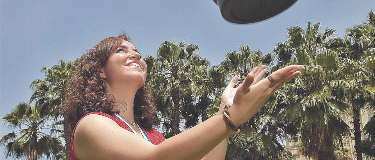 Sabrina Vega Gutiérrez cerca de la Fuente Luminosa de Las Palmas de Gran Canaria.
