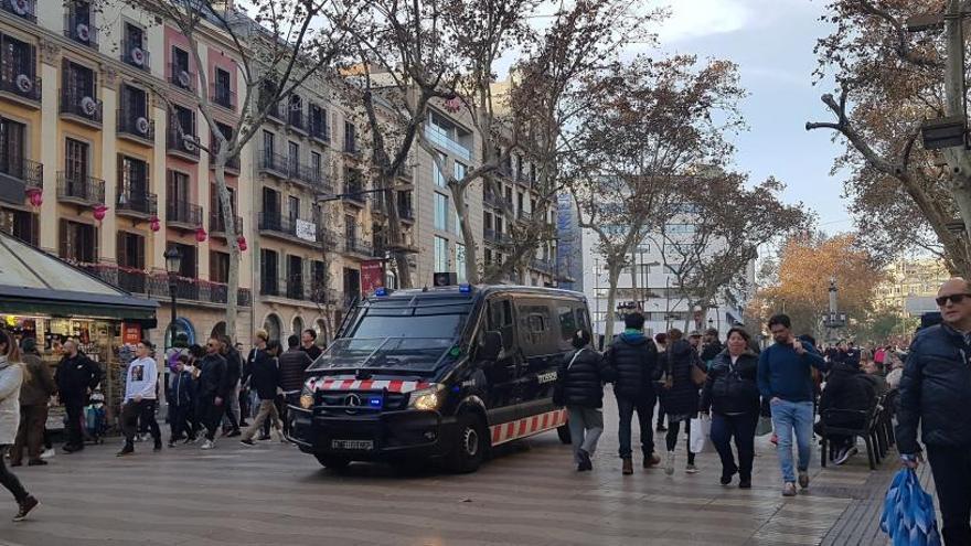 Detingut un home que anava amb una arma simulada per la Rambla de Barcelona