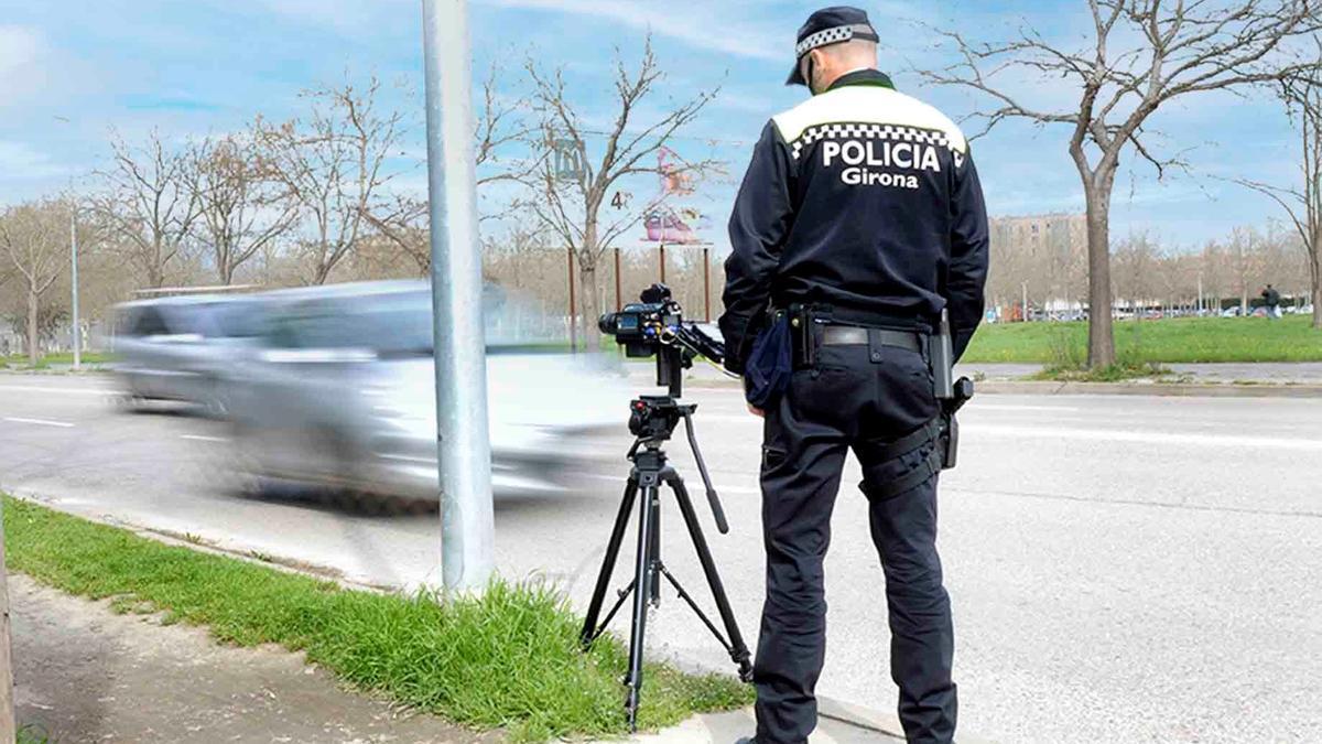 Un agent de la Policia Municipal de Girona en un control de velocitat