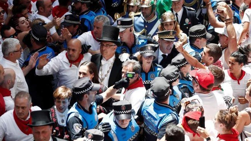 Gritos e insultos contra el alcalde de Pamplona en la procesión de San Fermín