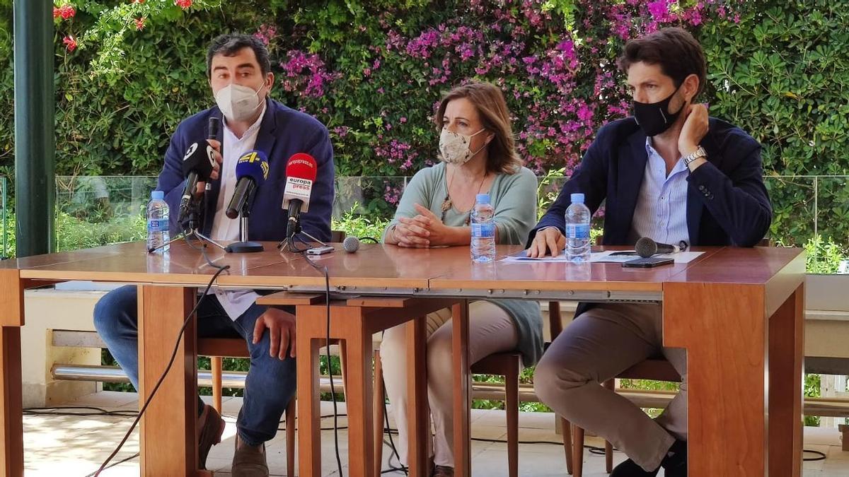 La alcaldesa de Benicàssim, Susana Marqués, junto a los organizadores de la cita.
