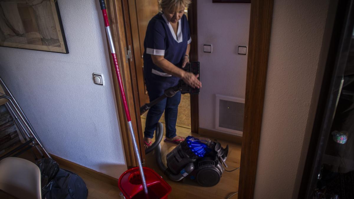Una mujer, realizando las tareas del hogar.