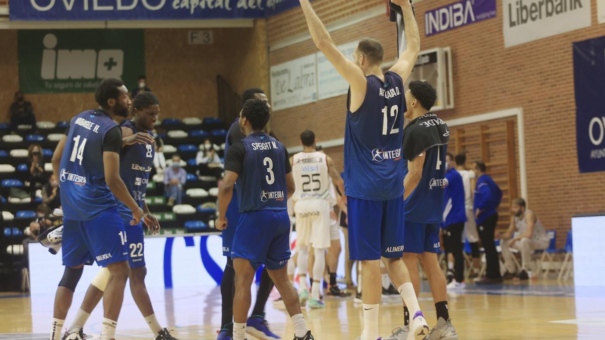Los jugadores del Liberbank Oviedo celebran la victoria