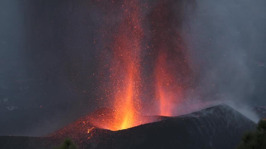 El volcán en erupción en La Palma desde el volcán de Tijuya