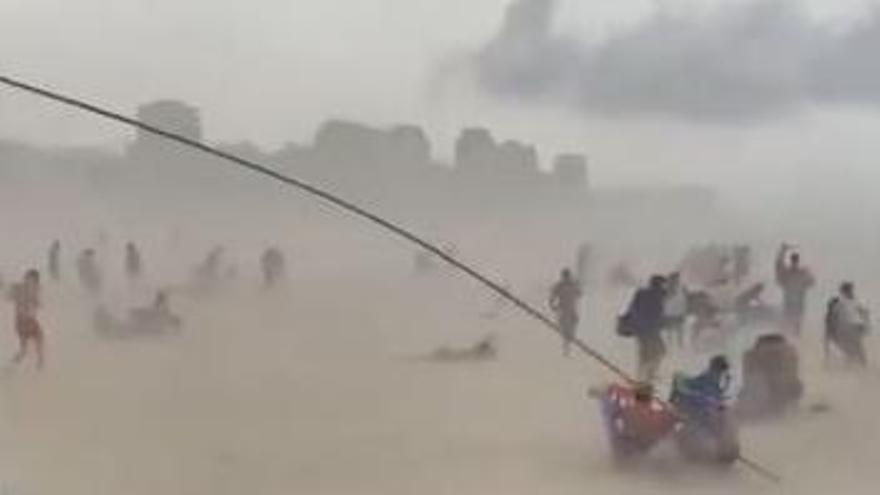 Un vendaval entierra a los bañistas en la playa de Gandia