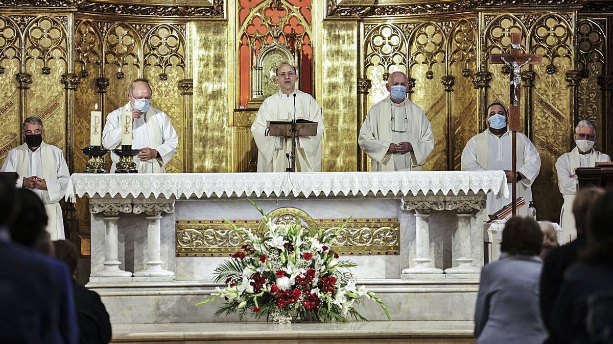 Pedro García Vera oficia la misa, con Javier Suárez (a su izquierda) y otros sacerdotes jesuitas. | Irma Collín