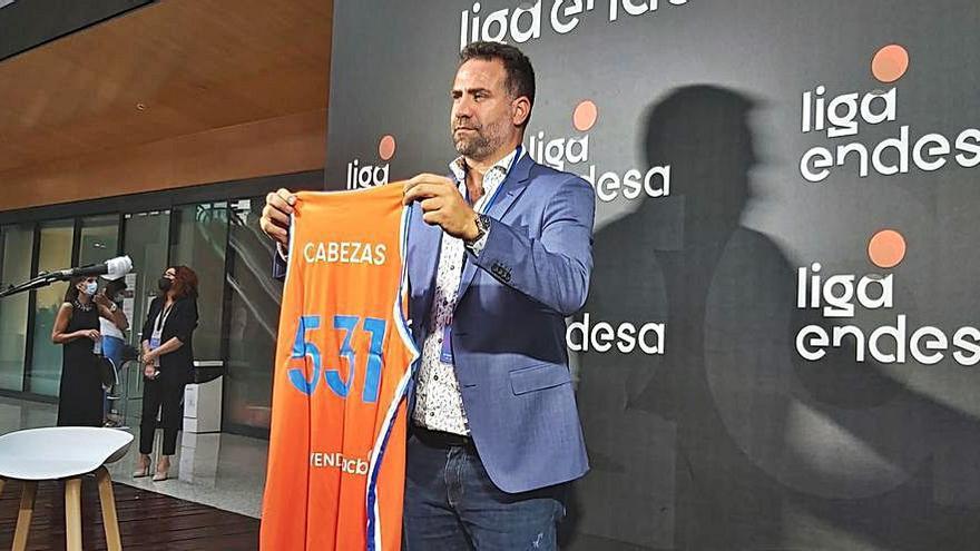 Carlos Cabezas, homenajeado por su retirada del baloncesto junto a Felipe Reyes
