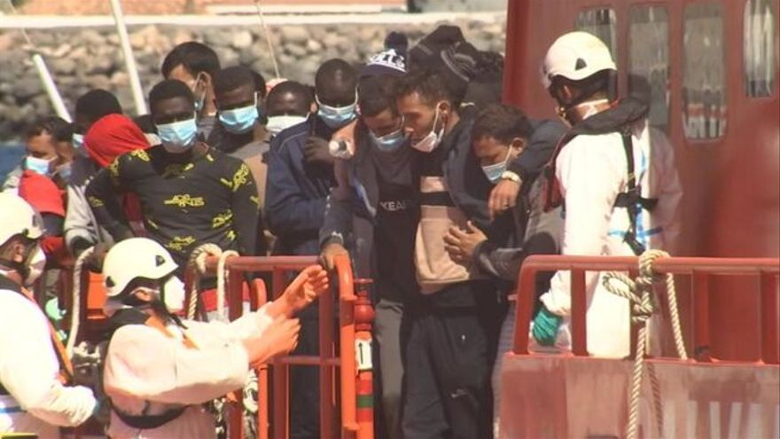 Más de 700 inmigrantes se hacinan en el puerto canario de Arguineguín