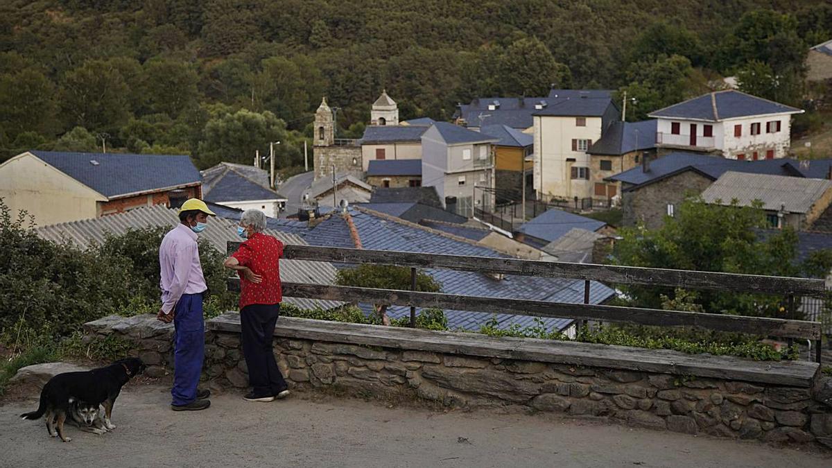 Dos vecinos conversan en San Ciprián de Sanabria. | José Luis Fernández