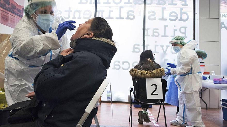 Salut deixa de fer tests a contactes estrets asimptomàtics vacunats amb dues dosis