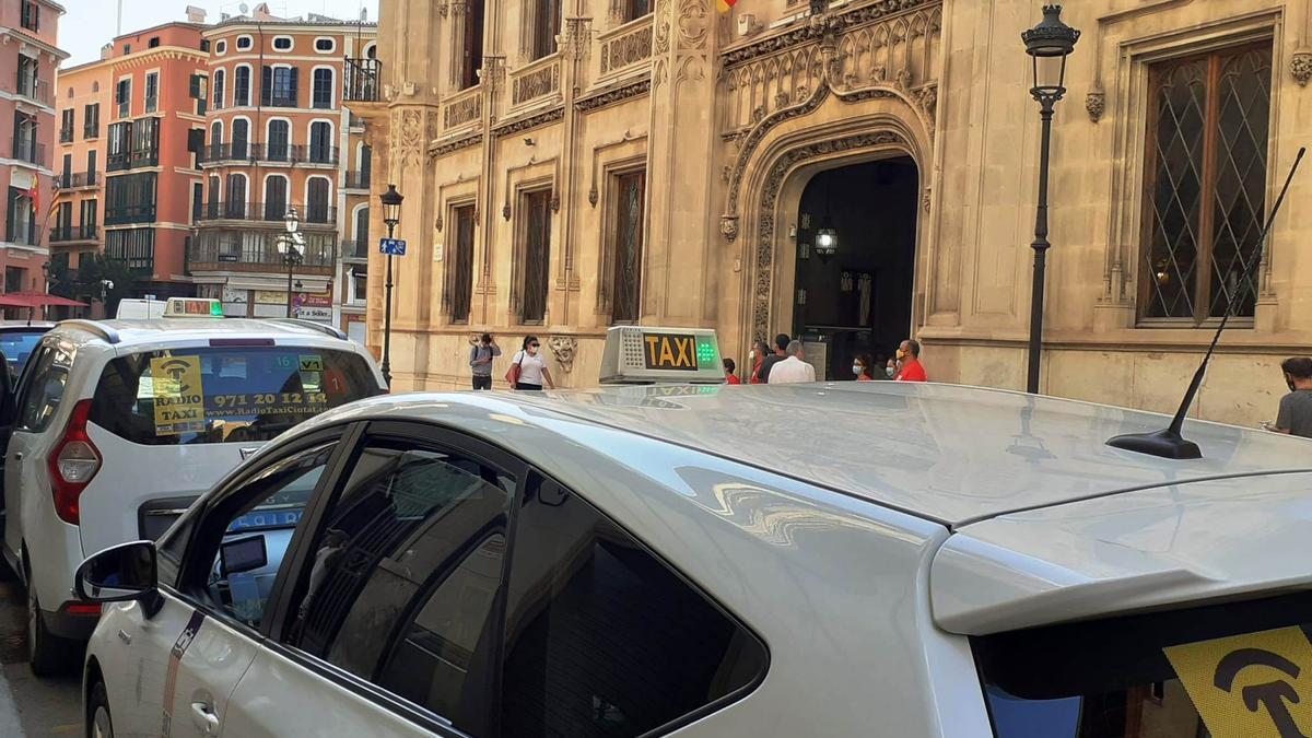 Taxis vor dem Rathaus in Palma de Mallorca.