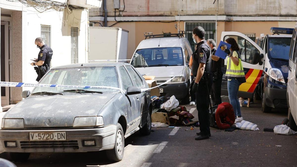 Policías junto al lugar de las detenciones.