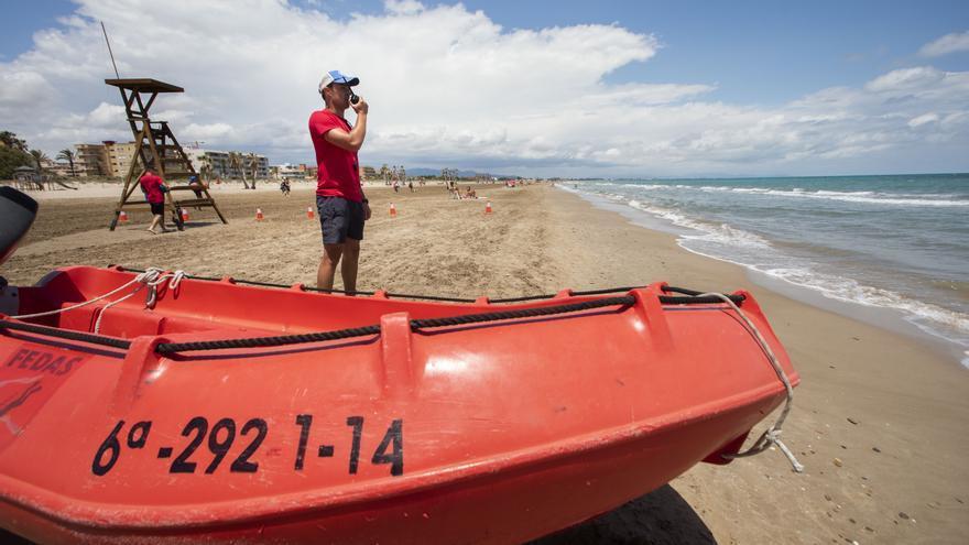 Rescatan a dos bañistas en Canet