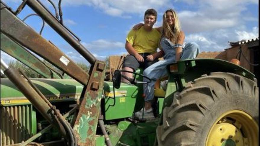 Lola Índigo visita Mallorca y se pone a los mandos del tractor de Miquel Montoro