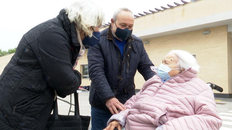 Las residencias de la Comunitat Valenciana recuperan los abrazos