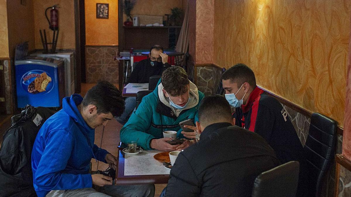 Cuatro jóvenes en un bar de Verín tomando un café durante la mañana de ayer.   | // B.LORENZO