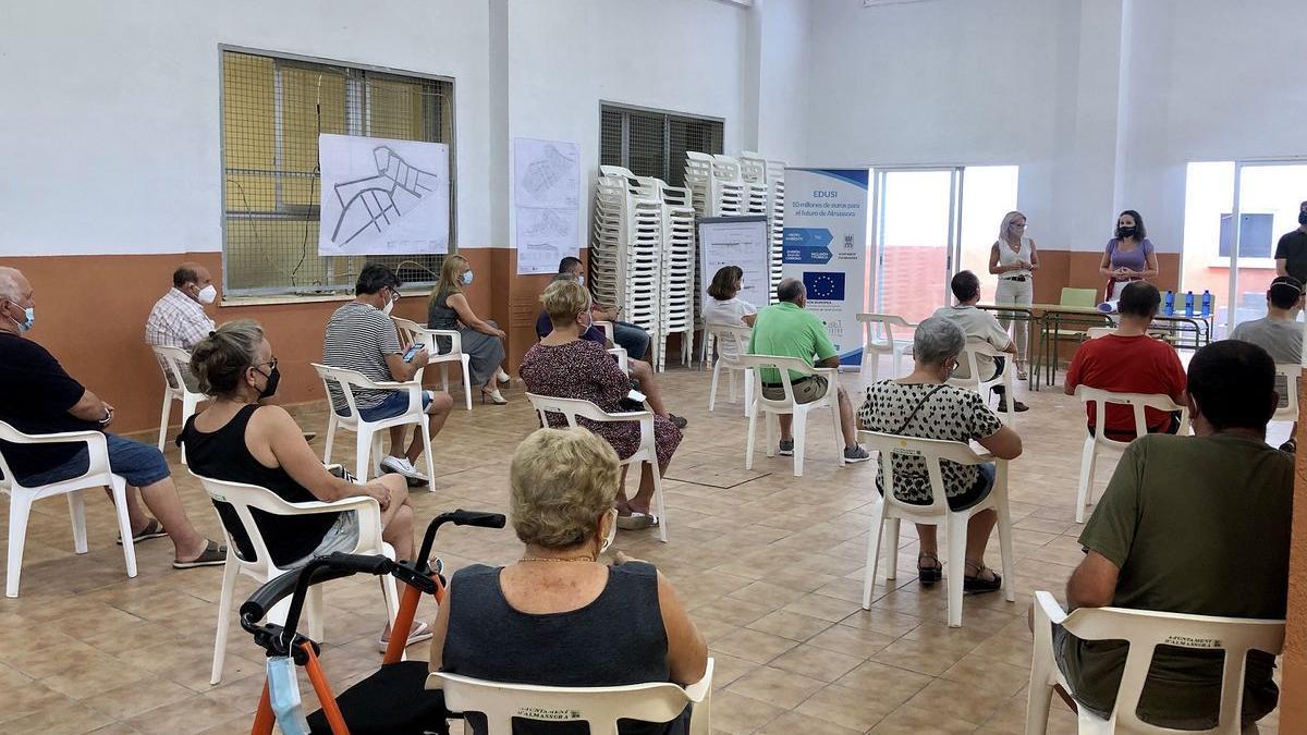 La alcaldesa, Merche Galí y la concejala de Territorio, Carmina Martinavarro, expusieron ayer al vecindario el proyecto de regeneración del barrio de Corell de Almassora.