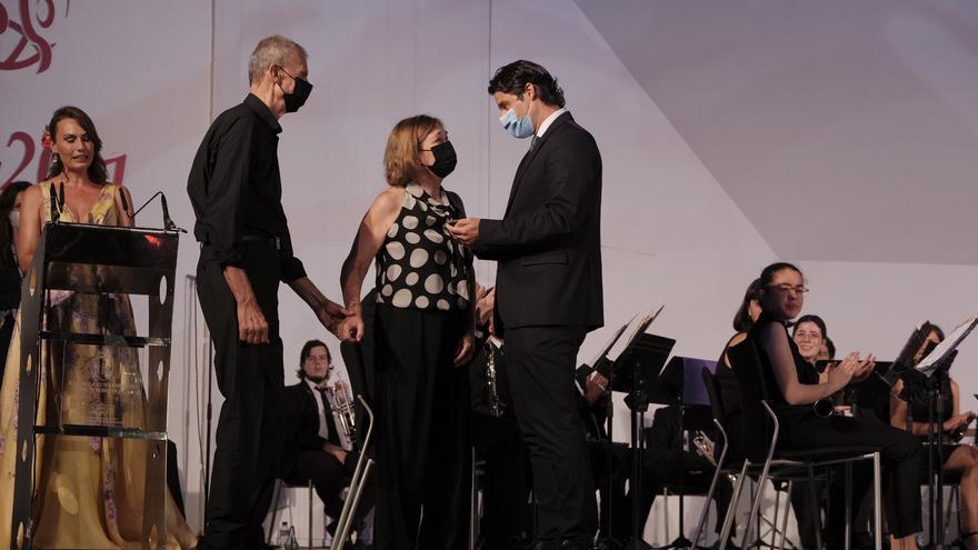 Manuel Martínez Guirao y Conchita Boj Andreu reciben el Escudo de Oro del Certamen Internacional de Habaneras de Torrevieja
