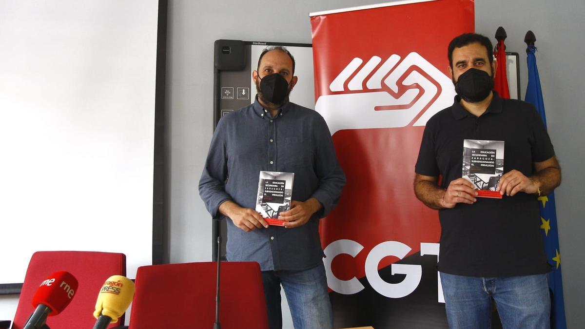 Los autores del estudio, Gustavo Alares y José Luis Suárez, esta mañana, en la presentación que ha tenido lugar en el edificio Rosa Arjol.