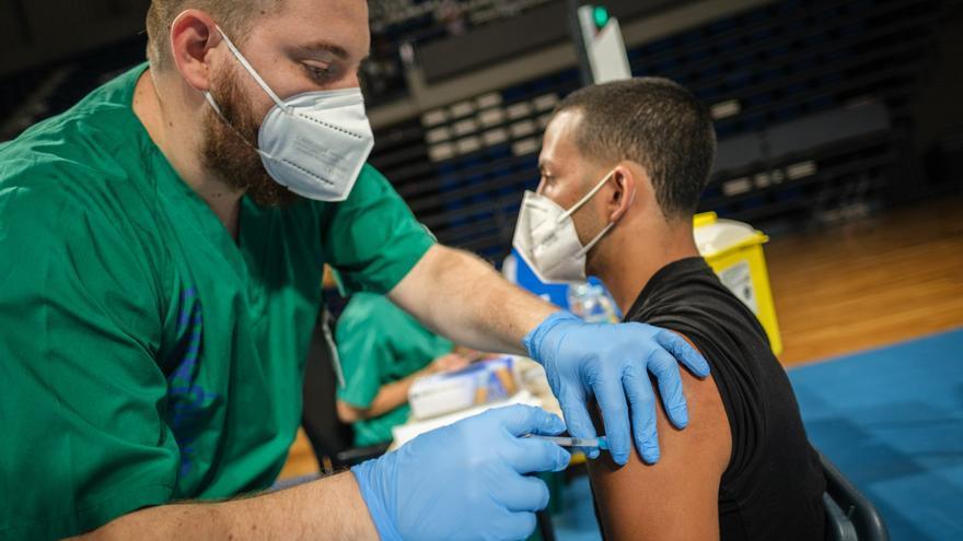Tres de cada cuatro canarios tiene una dosis de la vacuna contra la Covid