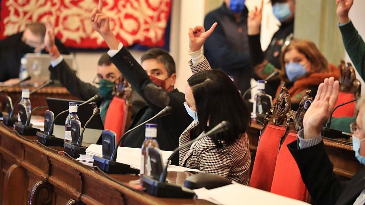 Los ediles de MC durante una de las votaciones del Pleno extraordinario.