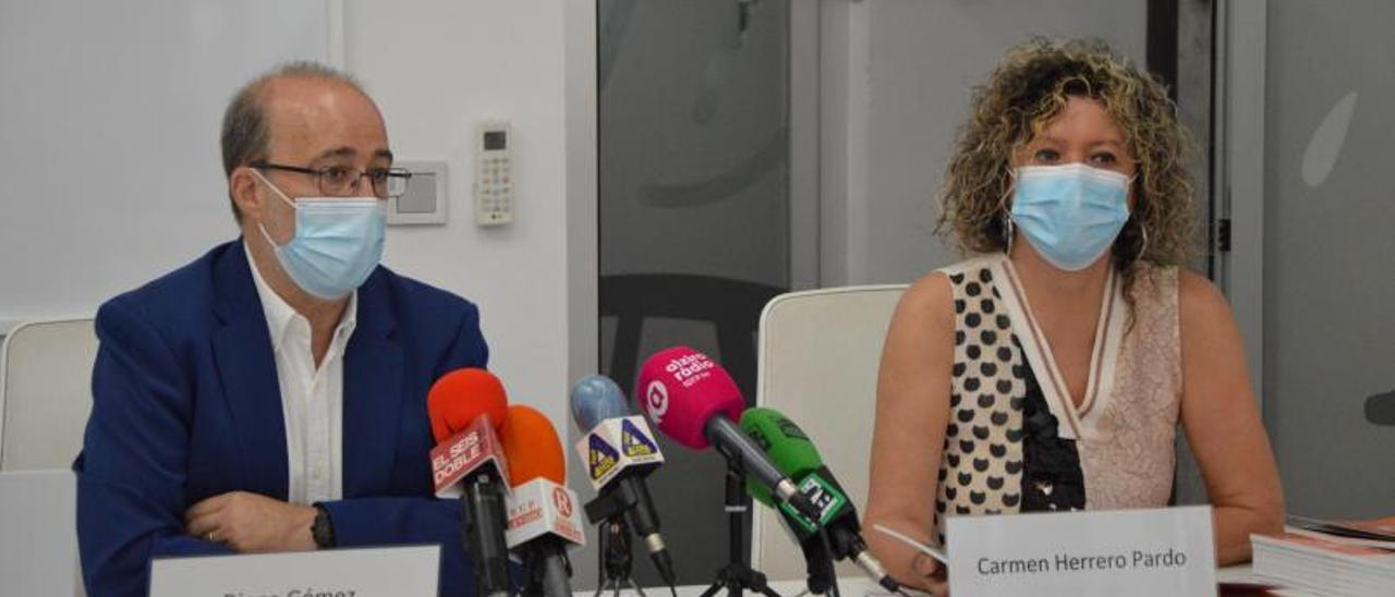El alcalde Diego Gómez y la directora de IDEA, Carmen Herrero, ayer en la rueda de prensa.   SERGI MOYANO