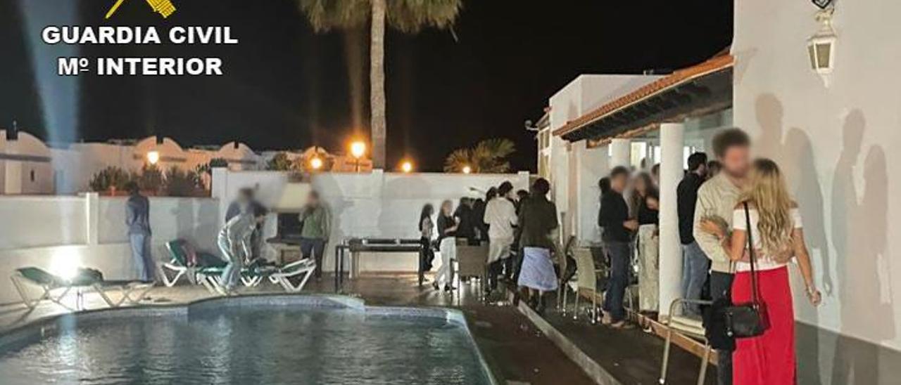 Los jóvenes que se encontraban en la fiesta desalojada en la madrugada de ayer en una villa de Corralejo. | | LP/DLP