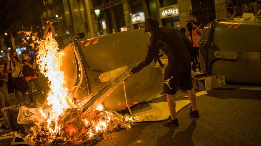 Jóvenes encapuchados queman contenedores tras la marcha por el 1-O en Barcelona