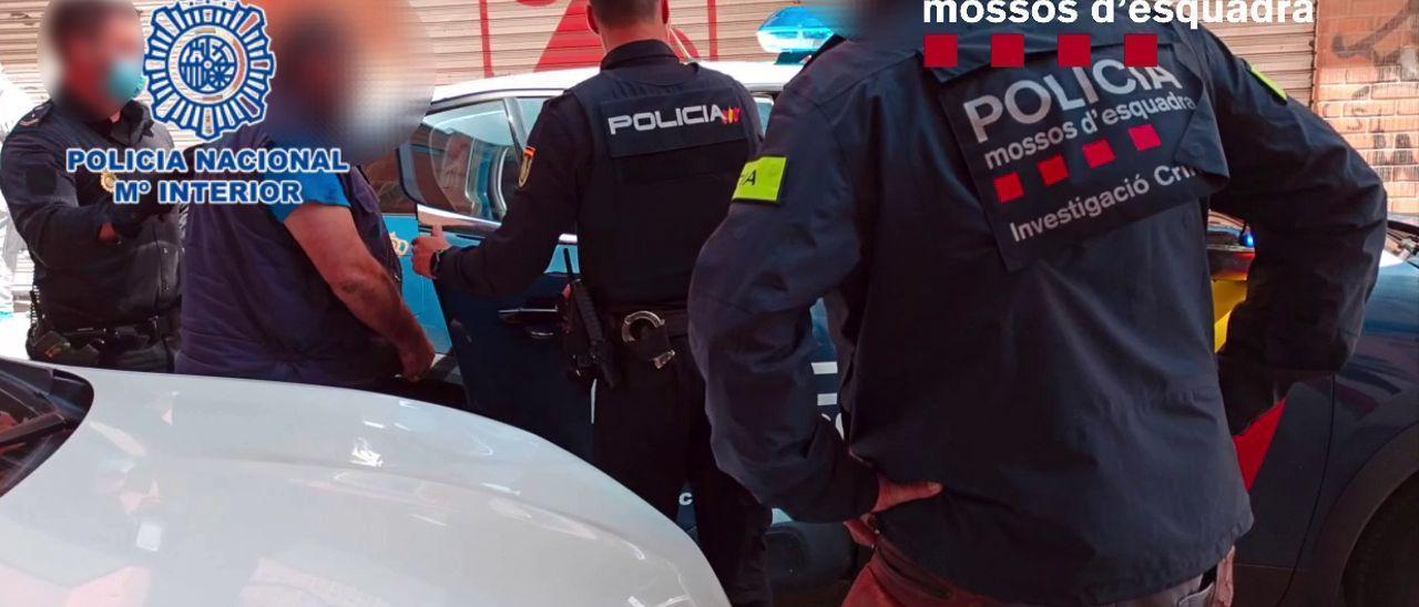 La Policía y los Mossos con una de las personas detenidas en Alicante.