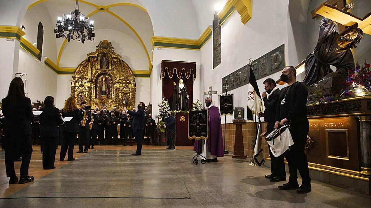 """La Banda de Zamora y el coro de la Tercera Caida interpretan """"La muerte no es el final""""."""