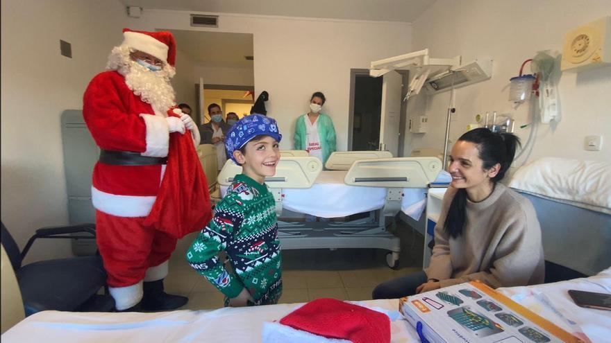 Papa Noel aparca su trineo en el hospital de Ourense